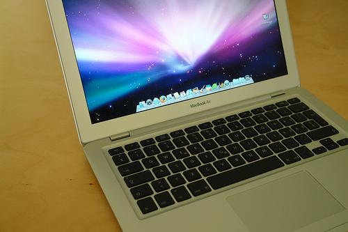MacBookAir13インチ遂に開封!ヽ(•̀ω•́ )ゝ – 旧MacBookAirのデータを転送、豪華眺めのオマケつき