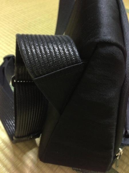 ショルダー部分 - ひらくPCバッグ購入!カバンの中へのアクセスが快適で荷物が結構入ってビックリ!