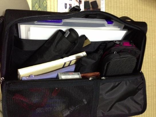 荷物を入れてみた - ひらくPCバッグ購入!カバンの中へのアクセスが快適で荷物が結構入ってビックリ!