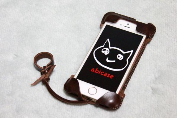 iPhone 5sに装着 - チョコ色abicase