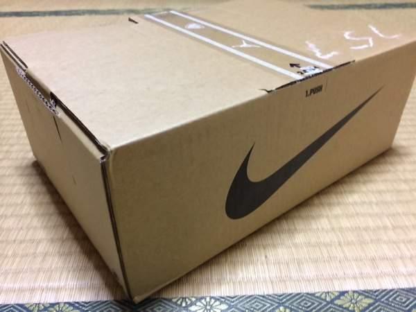 届いた段ボール - Nike FuelBand SEピンクフォイル購入