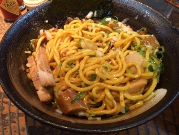 油そば混ぜる - 恵比寿『瞠(みはる)』の油そば食す!太麺・ボリューム多めな具で食べ応えあり!ドライカレーも美味かった!