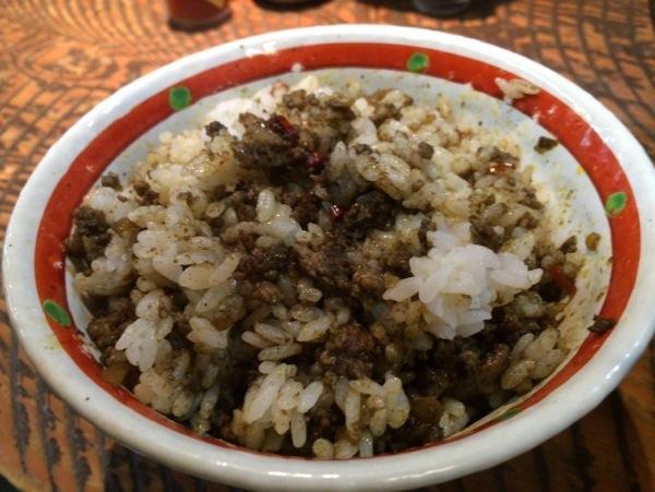 ドライカレー混ぜる - 恵比寿『瞠(みはる)』の油そば食す!太麺・ボリューム多めな具で食べ応えあり!ドライカレーも美味かった!