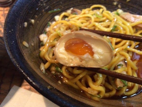 半熟玉子 - 恵比寿『瞠(みはる)』の油そば食す!太麺・ボリューム多めな具で食べ応えあり!ドライカレーも美味かった!