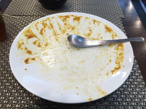 完食 - 恵比寿『オオバ』の野菜の旨みがそのまま溶けたチキンカレー!サラダ、ドリンクは取り放題なのは嬉しい!