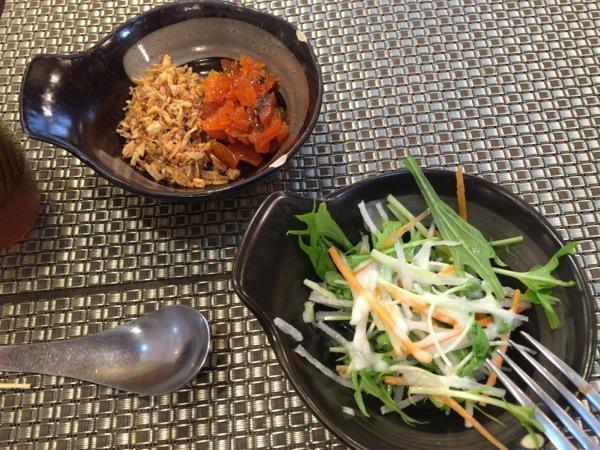取り放題のサラダ - 恵比寿『オオバ』の野菜の旨みがそのまま溶けたチキンカレー!サラダ、ドリンクは取り放題なのは嬉しい!
