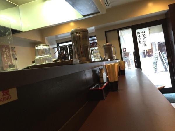 カウンター - 恵比寿『おおぜき』これぞ王道!と言わんばかりの中華そばが美味い!卵かけご飯も美味かった