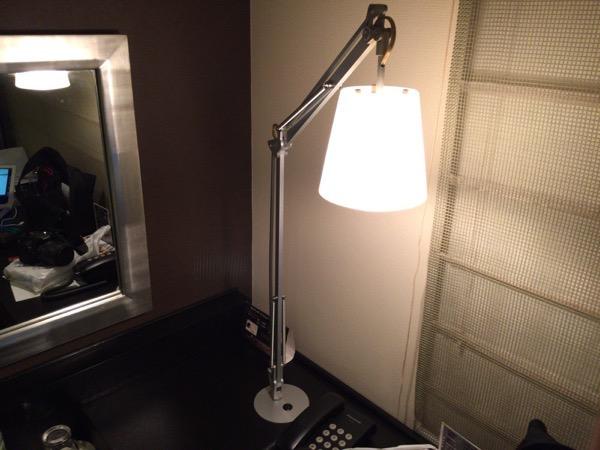 デスク照明 - 初めて泊まったホテルビスタプレミオ堂島がなかなか良い / しかし、ちょっと残念なポイントもある