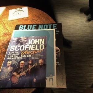 アイキャッチ - Blue Note TokyoでJohn Scofieldのライブを堪能 / Jazz、Jam、Funkとジョンスコ節満載の1時間半に満足 [MusicLogVol.97]
