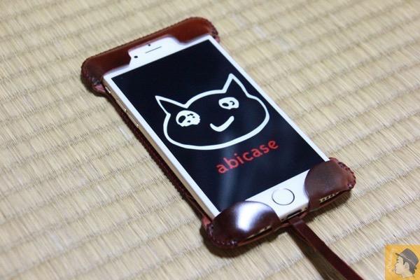 iPhone6に装着 - 艶やかなレッドブラウンのabicase cordoban / 鹿革を彷彿させる色がヤバイ!/ これぞabicaseの一張羅!