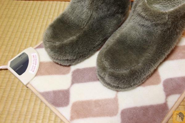 アイキャッチ - 40cm四方の小さい電気カーペット『山善ミニマット』 冬の冷えた足元を暖かくしてくれる ルームシューズと併せると更に暖かい!