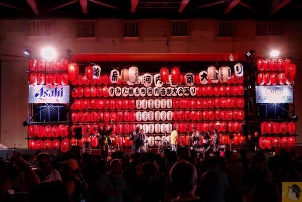 生バンド演奏 - フェスのような雰囲気がある高架下の盆踊り、第35回すみだ錦糸町河内音頭大盆踊り行ってきた / 生バンド演奏で雰囲気が最高 / 来年も行きたい
