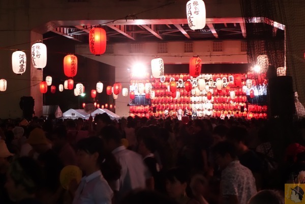 高架下の盆踊り - フェスのような雰囲気がある高架下の盆踊り、第35回すみだ錦糸町河内音頭大盆踊り行ってきた / 生バンド演奏で雰囲気が最高 / 来年も行きたい