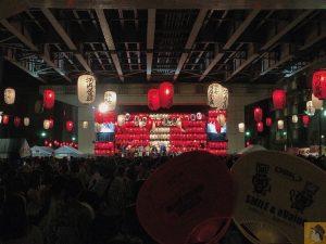 アイキャッチ - フェスのような雰囲気がある高架下の盆踊り、第35回すみだ錦糸町河内音頭大盆踊り行ってきた / 生バンド演奏で雰囲気が最高 / 来年も行きたい